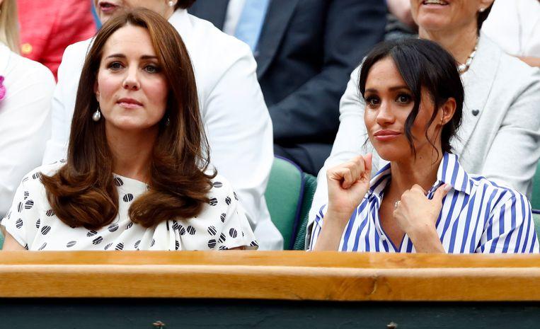 Prins Williams echtgenote Catherine, hertogin van Cambrige naast Meghan, de vrouw van prins Harry op Wimbledon 2018.
