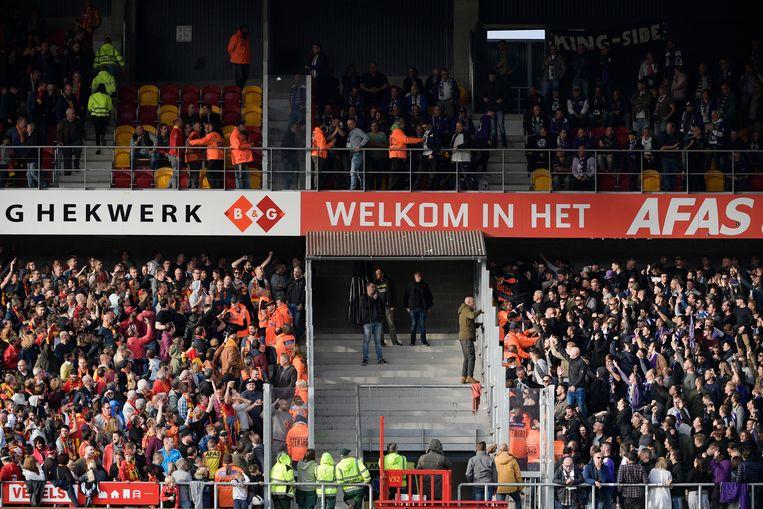 Provocaties tussen beide supportersclans in KV Mechelen - Beerschot Wilrijk.