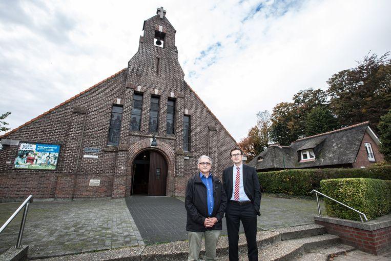 Filip Van Laecke en Henk Keymeulen voor de kerk in de Eeklostraat