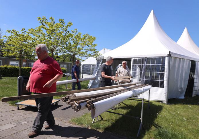 Vrijwilligers Gert Jansen, Simon de Pooter, Cor Witte en Bert Jansen bouwen de Pasar in Sluiskil op.
