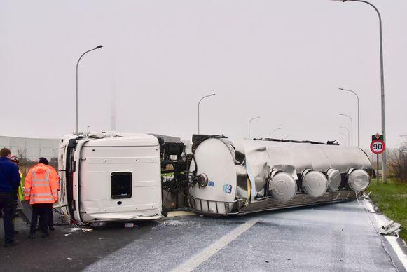 De achterzijde van de tankwagen plofte neer op de voor- en zijkant van de Mercedes. Naar schatting de helft van de tienduizenden liter melk kwam door het ongeval op de weg, in de groene berm en in de gracht terecht.