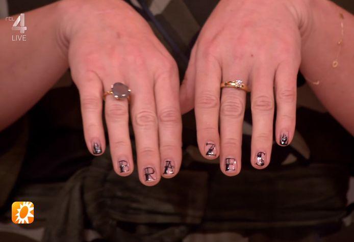 Bridget showt haar nagels.