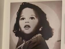Toen Sylvia Sara zag, kreeg ze deze jeugdfoto van haar zus: 'De fotograaf maakte grapjes om mij aan het lachen te krijgen'