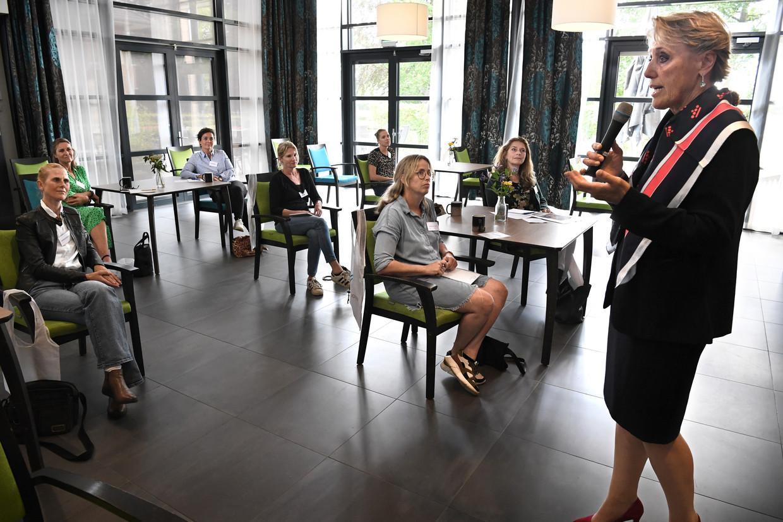 Trudy Prins, bestuursvoorzitter van zorgorganisatie De Rijnhoven en bestuurder bij Actiz, praat met een groep stewardessen van de KLM over een mogelijke carrièrewissel. Beeld Marcel van den Bergh / de Volkskrant