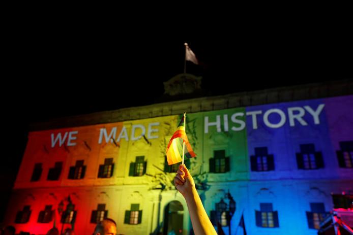 Het kantoor van premier Joseph Muscat van Malta is in regenboogkleuren verlicht.