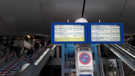 De NS wijst reizigers op werkzaamheden aan het spoor. Reizigers krijgen vervangend busvervoer.
