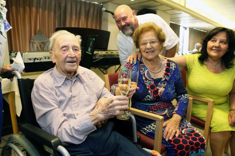 Elza (100) en haar man Marcel (99) klinken.