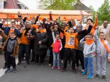 Huurders Woonwijze delen hapjes uit tijdens Koningsdag: 'Initiatieven zoals dit dragen bij aan de integratie'