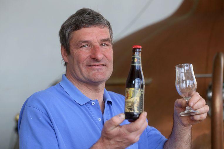 Marc Strubbe met het nieuwe bier 'Oudstrijder'.