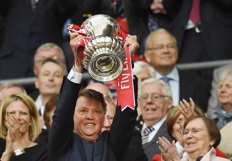 Van Gaal met de FA Cup. Beeld epa