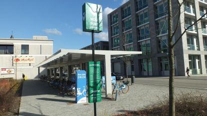 Blue-bikes, deelauto's en bushalte op één plek