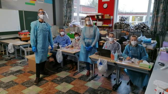 """Leerlingen en onderwijzers basisschool Westouter getest op corona: """"We hebben het virus lang buiten kunnen houden, maar nu is het alle hens aan dek"""""""