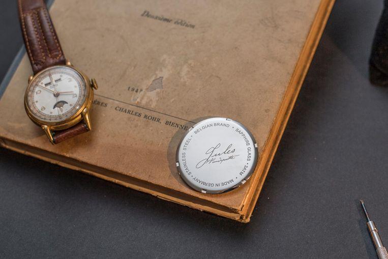 Op de achterkant van de horloges staat de handtekening van hun opa.