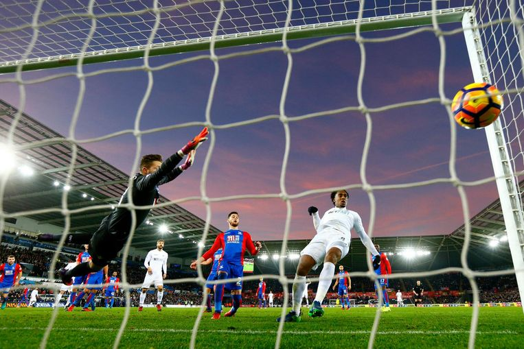 Leroy Fer scoort de derde goal voor Swansea City tegen Crystal Palace Beeld getty