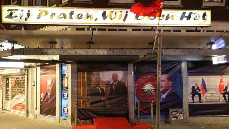 De politie verwijderde posters met de beeltenis van de Turkse president Recep Tayyip Erdogan uit de etalage van een pand in Rotterdam. Beeld anp