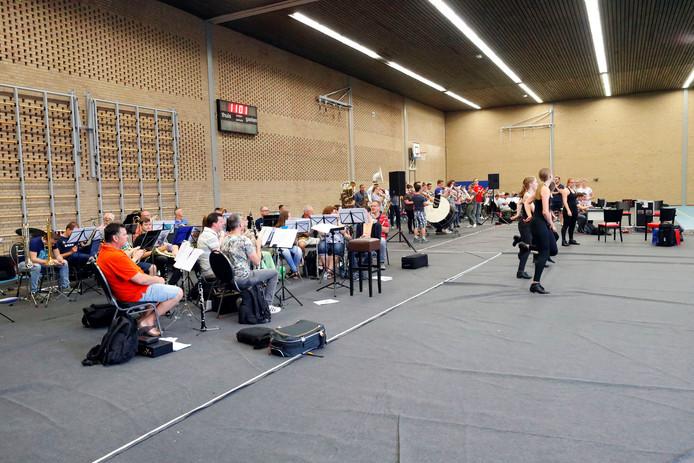 De Knegselse fanfare Heide Echo en de harmonie St Cecilia uit Oerle oefenen voor het muziekproject Stoorzenders?!.