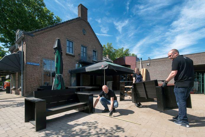 Bij café De Klok in Gendt bereiden ze het terras voor op de opening op 1 juni. Voor veel horecaondernemers is het nog puzzelen hoe ze hun terras het beste kunnen opzetten.