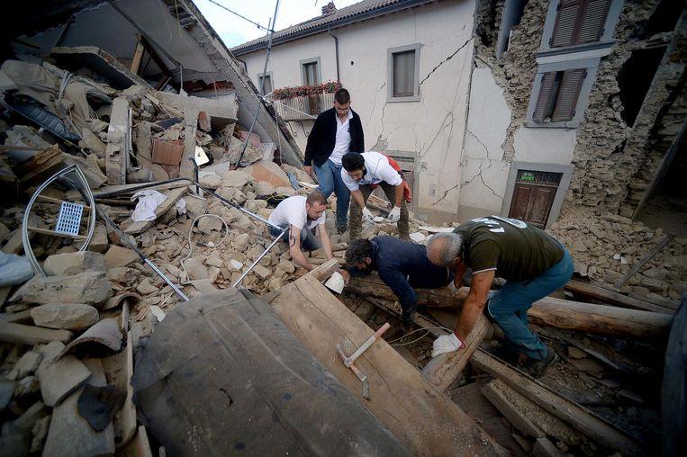 In het dorpje Amatrice wordt hard gezocht naar overlevenden onder het puin. Beeld afp
