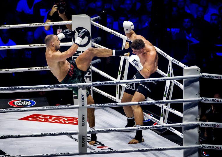Badr Hari in gevecht met Rico Verhoeven in de Gelredome. Beeld ANP