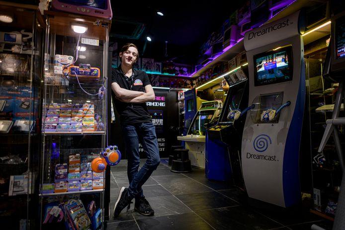 Dion Walmink van Gameshop Twente op de retro-afdeling, het paradepaardje van de winkel.