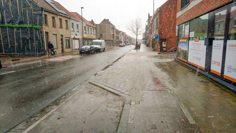 Het fietspad is een stukje verplaatst naar links, om gevaarlijke situaties met het verkeer uit het nieuwe woongebied De Weverij zoveel mogelijk te vermijden.