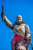 Het bekladde beeld van Piet Hein in Delfshaven.