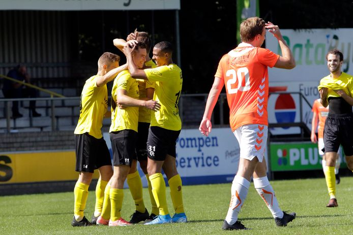 Thomas Marijnissen luisterde zijn debuut bij Halsteren op met twee prachtige treffers. De Bredanaar neemt de felicitaties in ontvangst.
