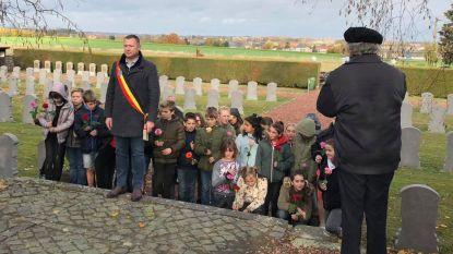 Leerlingen scholen Glabbeek deden bloemenhulde op militair kerkhof
