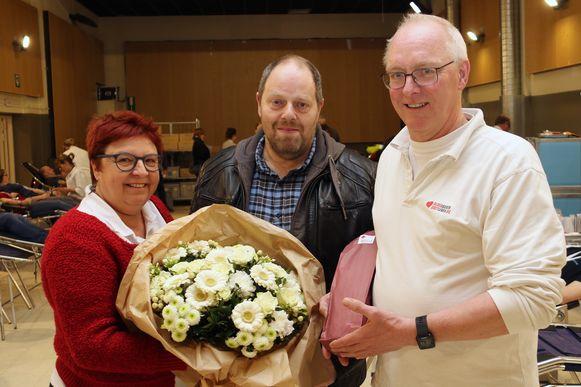 Ivo Swaans neemt een ruiker bloemen in ontvangst.