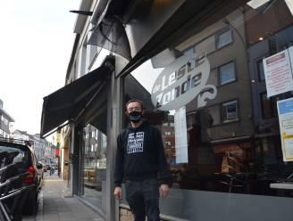 """Cafés hangen zwarte vlag uit als protest tegen nieuwe coronaregels: """"Waarom mogen restaurants wel langer openblijven? Wij worden geviseerd"""""""