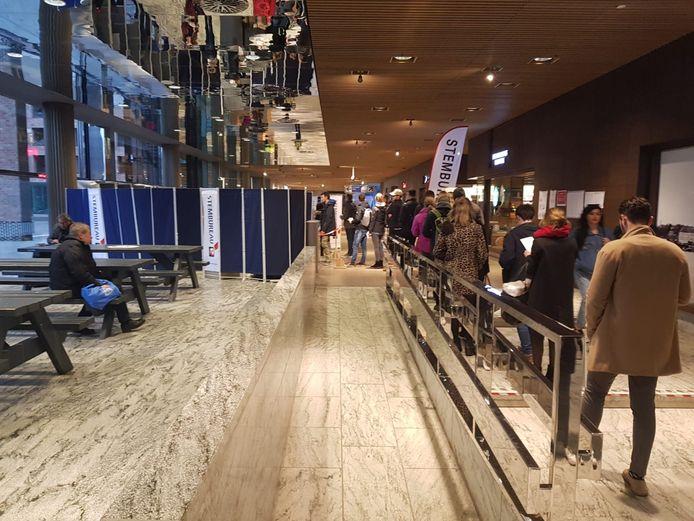 BREDA - Drukte in 2019 bij het stembureau op station Breda waar mensen na het werk hun stem komen uitbrengen voor de Europese verkiezingen.
