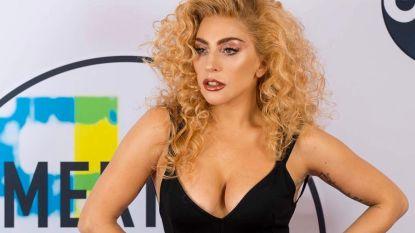 Lady Gaga brengt hulde aan overleden ontwerper