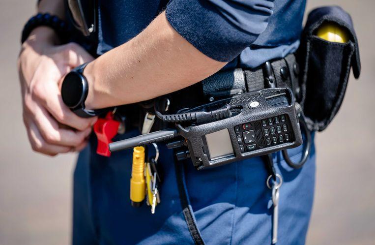 De uitrusting van handhavers is al langer een punt van zorg. Zo dragen zij tegenwoordig standaard een steekwerend vest en handboeien. Honderd handhavers zijn uitgerust met een bodycam. Beeld ANP