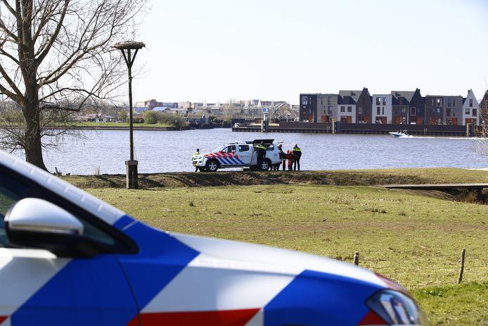 Het lichaam werd bij de Holtenbroekerdijk in Zwolle geborgen.
