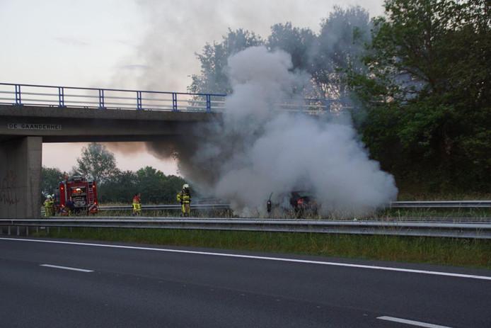 Het verkeer moest worden stilgelegd terwijl de brandweer de autobrand bluste.