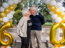 Overdinkels paar Henk en Tiny na 60 jaar nog steeds verliefd: 'Wees eerlijk tegen elkaar'