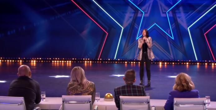 Chimène Jeroense (15) op de bühne bij Holland's Got Talent.