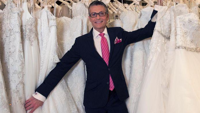 Randy Fenoli in een zee van trouwjurken voor de Benelux-versie van Say Yes to The Dress