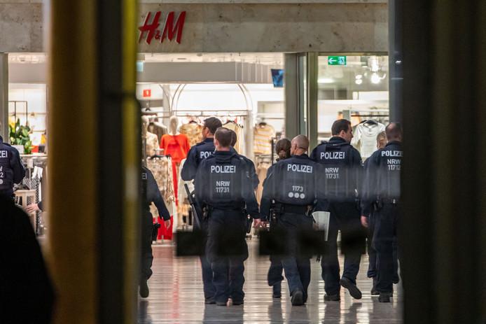 Duitse agenten doen onderzoek in het winkelcentrum in Duisburg waar de verdachte voor het eerst werd gesignaleerd.