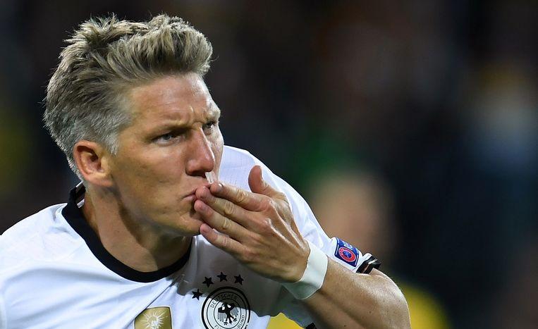 De Duitse middenvelder Bastian Schweinsteiger viert zijn doelpunt tegen Oekraïne. Beeld afp