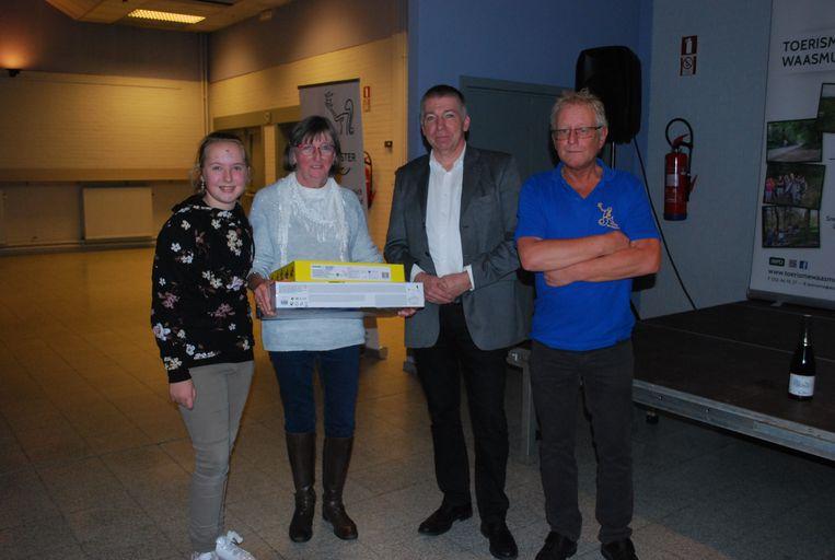 De winnaars ontvingen hun prijs uit handen van schepen Werner De Nijs (N-VA) en Guido Van Garsse van Toerisme Waasmunster.