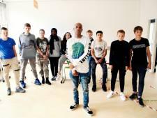 Rapper Bizzey geeft Amersfoortse leerlingen les over racisme: 'Ik word nog steeds benadeeld'