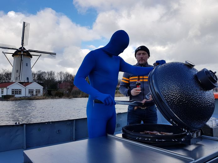 Het blauwe mannetje barbecuet op de Rotte.