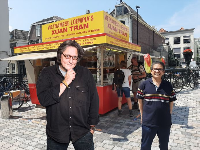 Columnist Kees Thies over Xuan Tran.