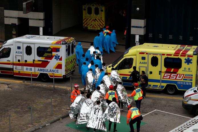 Demonstranten van de Polytechnische Universiteit worden opgevangen door ambulancepersoneel als ze de campus verlaten.