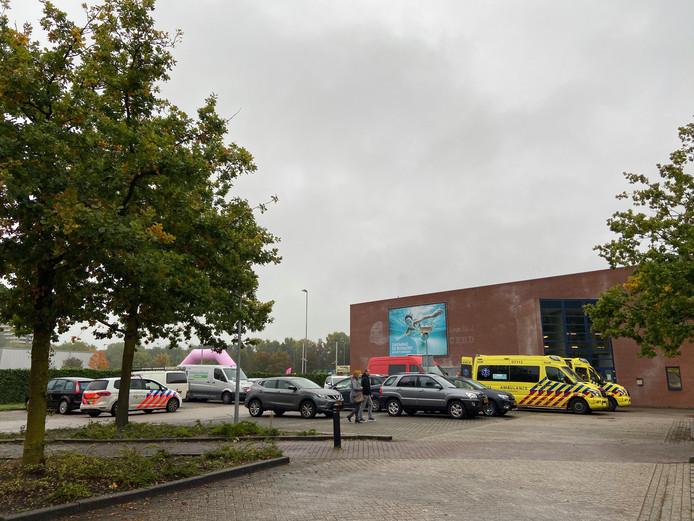 Veel hulpdiensten zaterdagmiddag bij zwembad De Bongerd in Wageningen