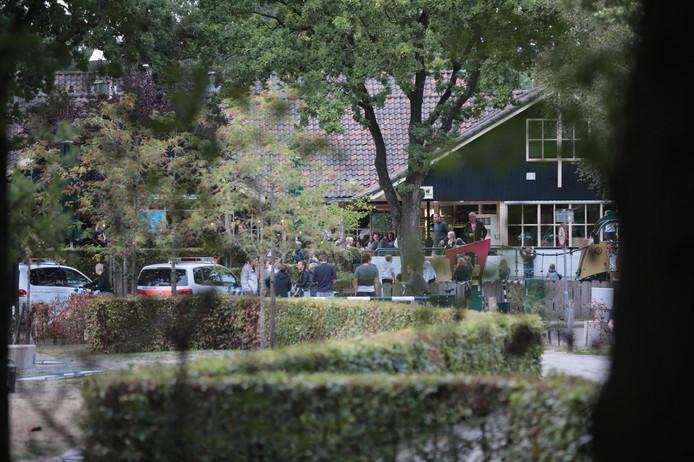 De politie is bij het vakantiepark aanwezig om te zoeken naar de jongen. beerze bulten ommen vermist
