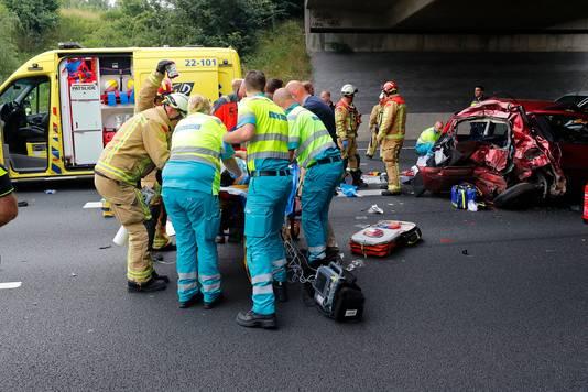 Een bestelbusje reed vorig jaar juni op de A50 in op vier auto's die in de file stonden. Daarbij vielen 1 dode, twee zwaargewonden en twee lichtgewonden