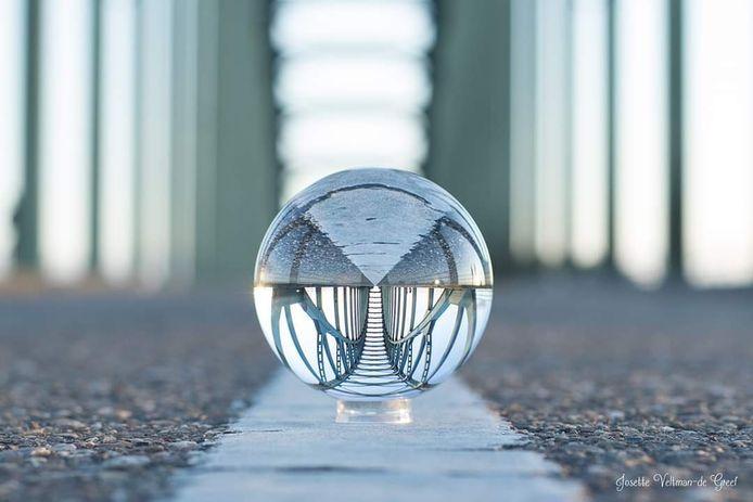 Josette Veltman-de Greef fotografeerde de IJsselbrug op de kop met de lensball