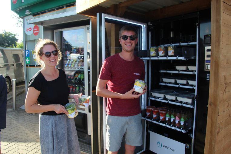 Dominique De Bondt en Toon Keppens plaatsten een 'Zorgeloos eten'-automaat aan het Power-benzinestation langs de Oudenaardsesteenweg in Erpe-Mere.
